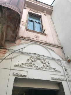 Building_in_the_Old_Center,_in_renovation;_French_ecclectic_style_decorations